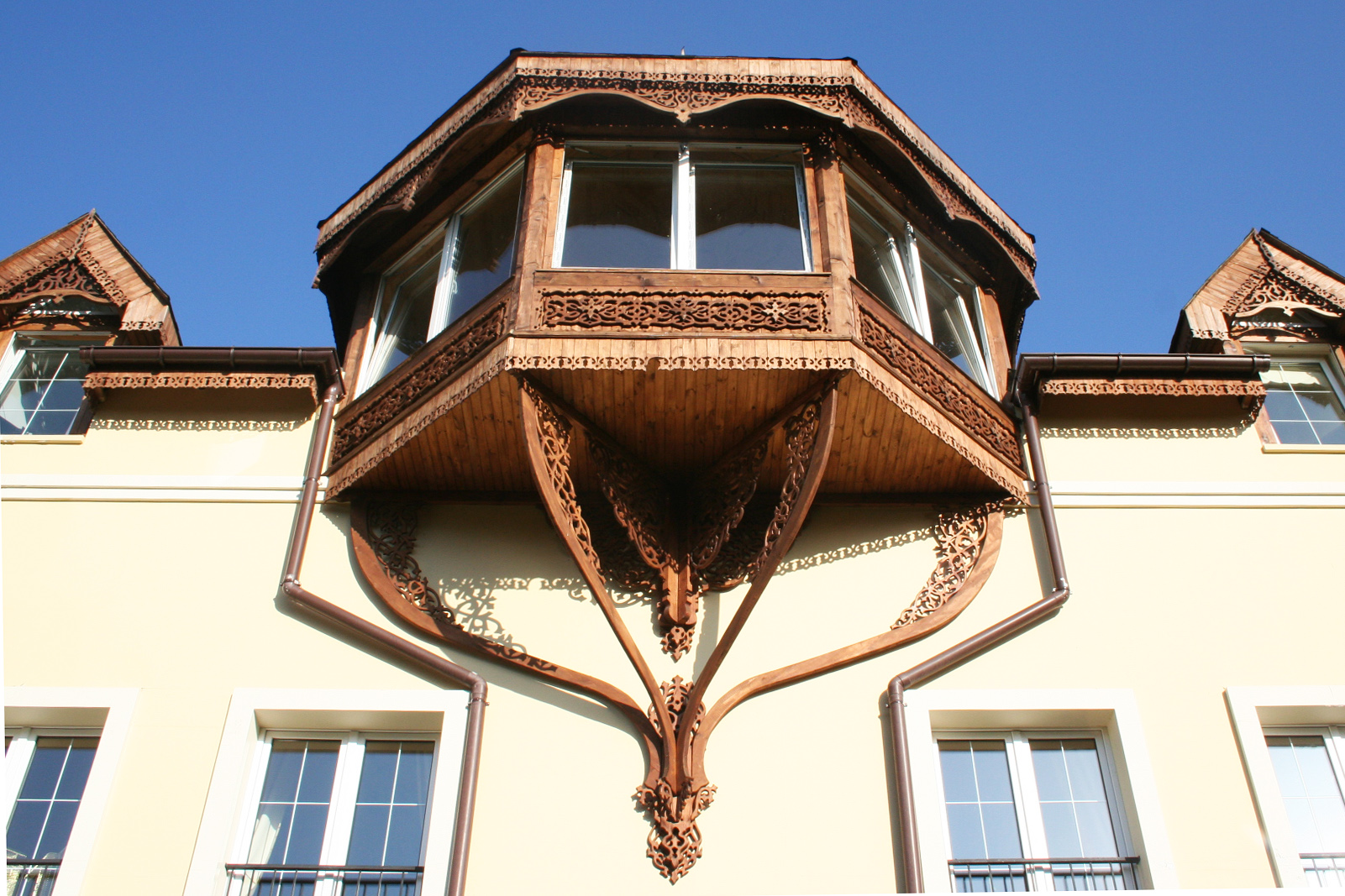 Front carving Window Roof